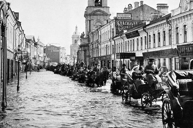 Извозчики едут по Пятницкой улице во время наводнения в Москве, апрель 1908 года