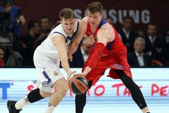 Игрок «Реала» Лука Дончич борется за мяч с Андреем Воронцевичем из ЦСКА