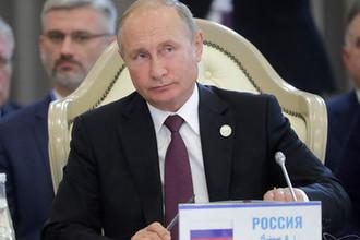 Президент России Владимир Путин на заседании глав государств-участников V Каспийского саммита во Дворце дружбы.