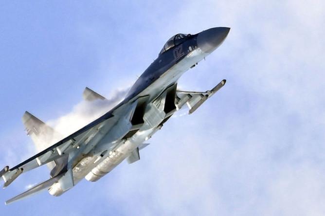 Российский многоцелевой истребитель Су-35 совершает полет на Международном авиационно-космическом салоне МАКС-2019
