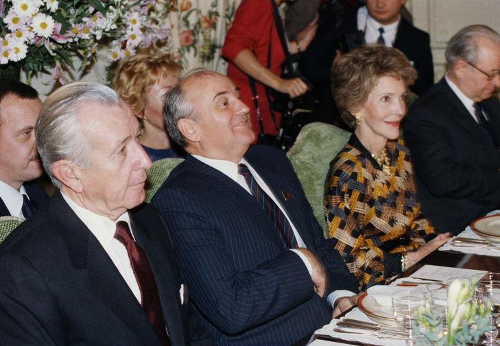 Генеральный секретарь ЦК КПСС Михаил Горбачев и первая леди США Нэнси Рейган во время ужина в рамках советско-американской встречи на высшем уровне в Женеве, 20 ноября 1985 года
