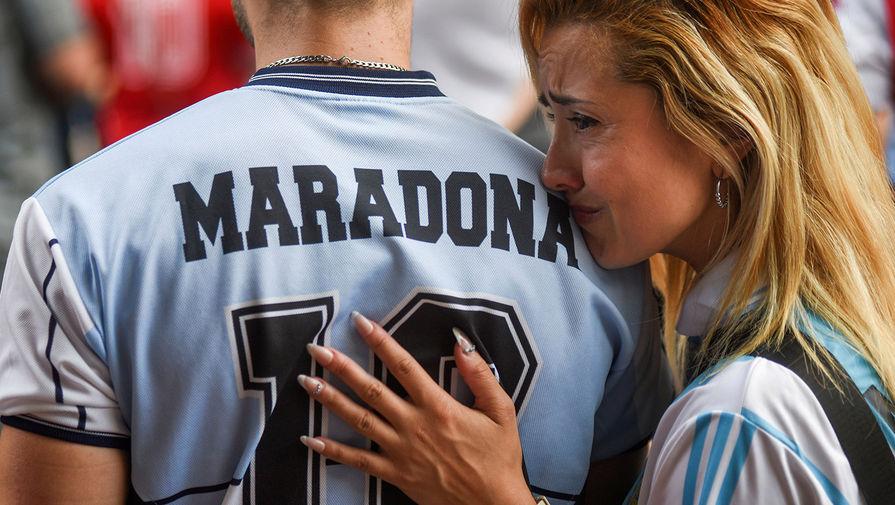 Фанаты Диего Марадоны у стадиона «Диего Армандо Марадона» в Буэнос-Айресе, Аргентина, 25 ноября 2020 года