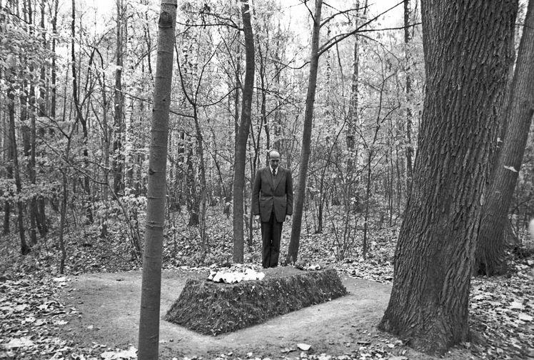 Президент Франции Жискар д'Эстен у могилы русского писателя Льва Толстого в Ясной Поляне в ходе визита в СССР, 1975 год