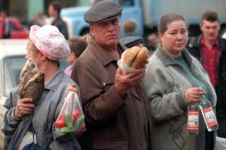 Продажа товаров с рук на одной из улиц в Москве, сентябрь 1998 года