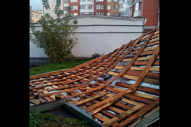 Крыша в одном из дворов города, которую сорвало ветром, 15 сентября 2017 года