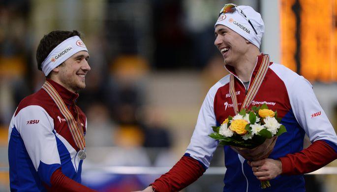 Денис Юсков (слева) и Павел Кулижников после забега на 1000 метров, который они оба завершили в тройке призеров, на чемпионате мира на отдельных дистанциях в Коломне
