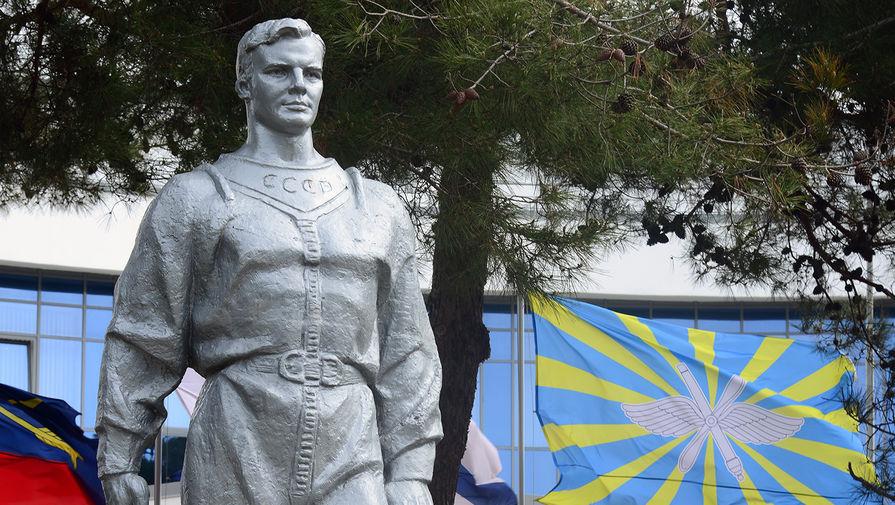 Памятник космонавту Юрию Гагарину на Пионерском проспекте рядом с территорией военно-инновационного технополиса «Эра» в Анапе