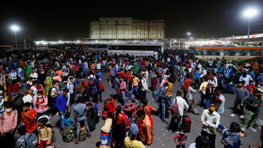 Рабочие-мигранты на автобусной станции в Газиабаде, 19 апреля 2021 года