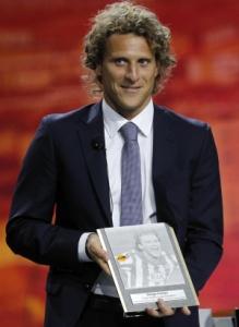 Форвард «Атлетико» Диего Форлан с наградой за решающий забитый мяч в финале Лиги Европы