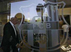 Исполнительный директор «Милана» Адриано Галлиани входит в офис «Барселоны», чтобы договориться о переходе Златана Ибрагимовича