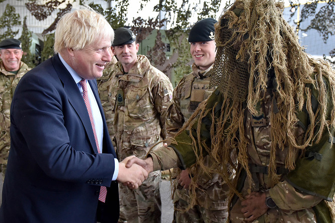 Глава МИД Британии Борис Джонсон с солдатами НАТО в Эстонии, 8 сентября 2017 года
