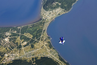 Валерий Розов летит над островом Сахалин, Россия, 8 сентября 2012