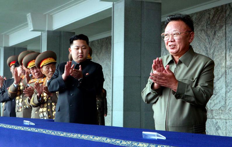 Ким Чен Ын и его отец Ким Чен Ир на военном параде в Пхеньяне, 2010 год