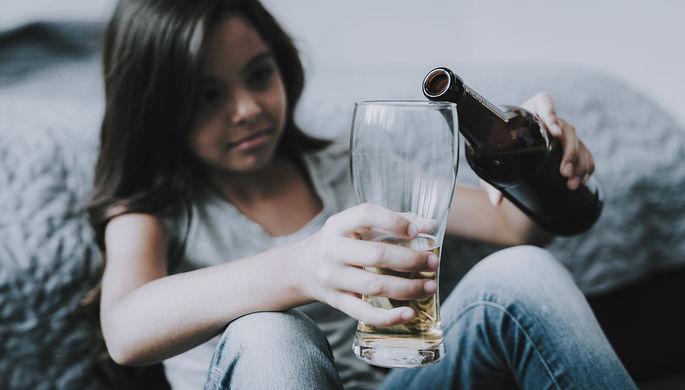 Детям не предлагать: ученые выяснили опасность алкоголя для ребенка