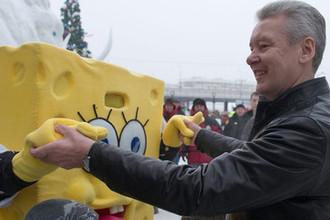 Мэр Москвы Сергей Собянин во время танца со Спанч Бобом на фестивале снега и льда в «Лужниках», 2010 год