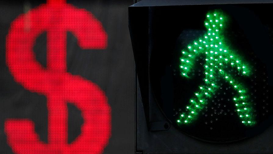 Рубль уверенно растет к доллару и евро