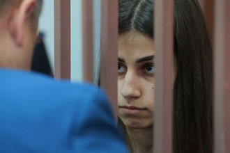 Ангелина Хачатурян, обвиняемая в убийстве своего отца Михаила Хачатуряна, в Басманном суде Москвы, сентябрь 2018 года