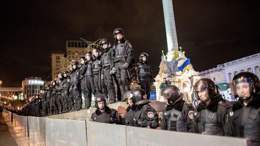 Сотрудники спецподразделения «Беркут» МВД Украины стоят в оцеплении во время разгона палаточного лагеря сторонников евроинтеграции на площади Независимости в Киеве