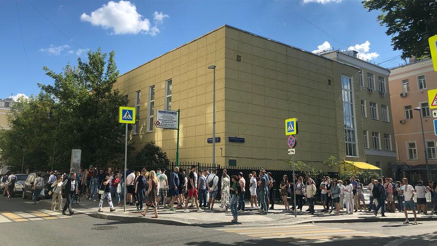 Очередь из желающих проголосовать на выборах у посольства Белоруссии в Москве, 9 августа 2020 года