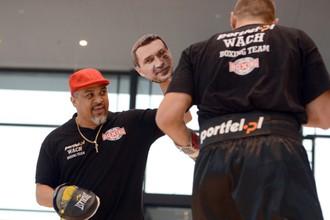 Мариуш Вах и его тренер Хуан Леон, который обороняется от боксера «лапой» с лицом Кличко