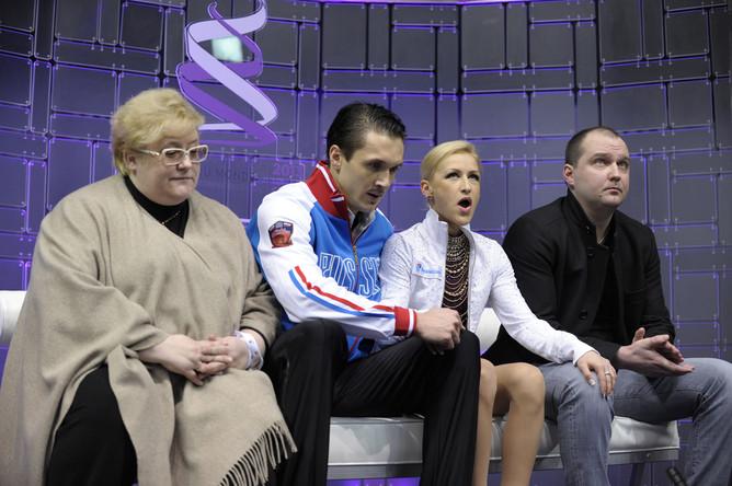Волосожар и Траньков вместе с тренерами после своей короткой программы