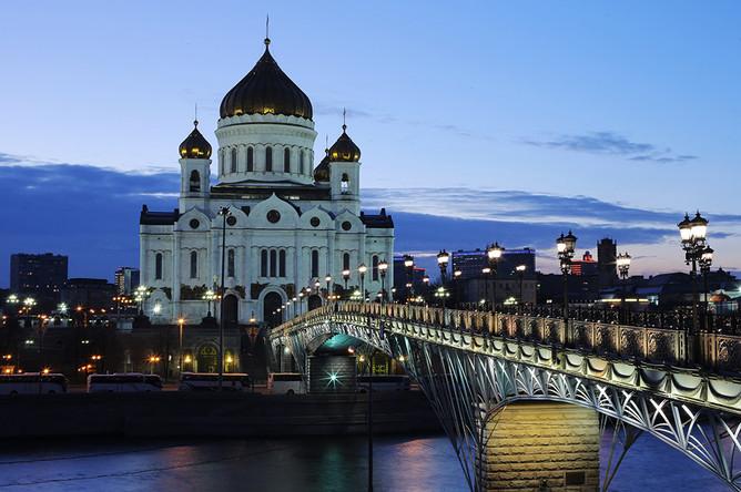Вид на храм Христа Спасителя с подсветкой перед началом экологической акции «Час Земли» в Москве