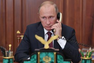 Президент России Владимир Путин во время телефонного разговора с главами самопровозглашенных ДНР и ЛНР Александром Захарченко и Игорем Плотницким, 15 ноября 2017 года