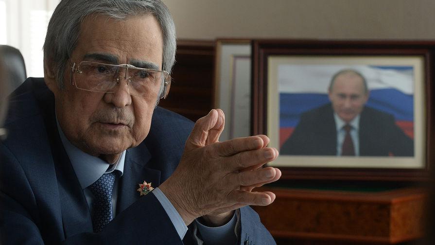 Губернатор Кемеровской области Аман Тулеев во время интервью агентству МИА «Россия сегодня» в своём рабочем кабинете, 2018 год