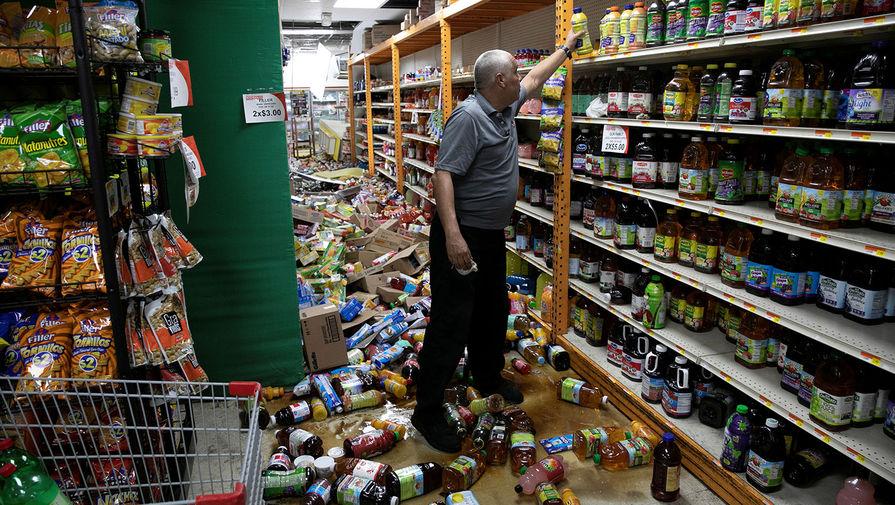 Хозяин магазина разбирает последствия землетрясения в Гуанике, Пуэрто-Рико, 8 января 2020 года