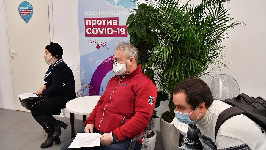 Люди возле пункта вакцинации от коронавируса в ГУМе в Москве, 18 января 2021 года