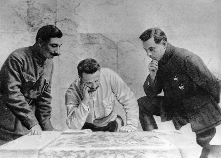 Семен Буденный, Михаил Фрунзе и Климент Ворошилов совместно во время работы над планом по разгрому Врангеля, 1918 год