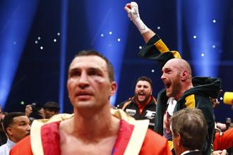 Владимир Кличко (на переднем плане) после поражения от Тайсона Фьюри (на заднем плане)