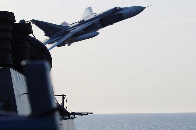 Российский бомбардировщик Су-24 над американским эсминцем USS Donald Cook в Балтийском море, 2016 год