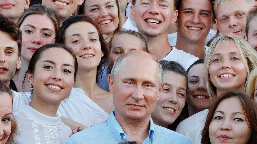 Президент России Владимир Путин во время посещения форума «Таврида» на Бакальской косе в...