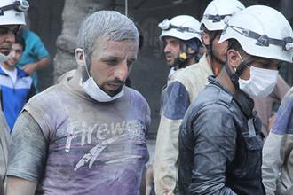 Жители города и активисты гражданской обороны на месте авиаудара в Алеппо, 2015 год
