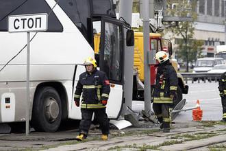 Автобус с китайскими туристами врезался в столб: 29 пострадавших