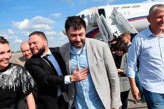 Руководитель портала «РИА Новости Украина» Кирилл Вышинский (в центре) в аэропорту Внуково