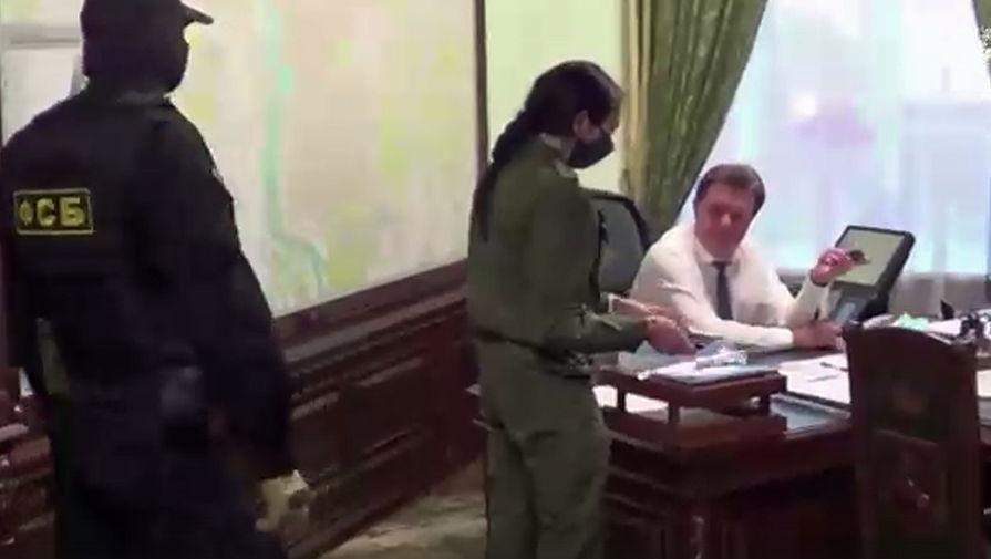 Задержание сотрудниками СК РФ и УФСБ мэра Томска Иван Кляйна по подозрению в превышении должностных полномочий, 13 ноября 2020 года (кадр из видео)