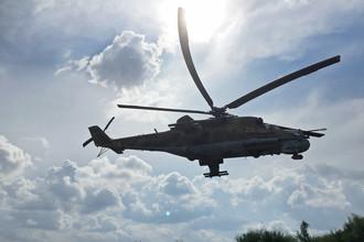 Российский ударный вертолет Ми-24 над аэродромом Хмеймим в Сирии