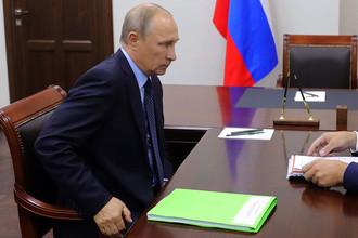 Президент России Владимир Путин во время встречи с одним из губернаторов, 6 сентября 2017 года