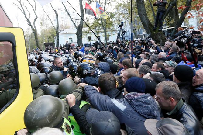 Столкновения между полицией и участниками протестного митинга перед зданием Верховной рады в центре Киева, 22 октября 2017 года
