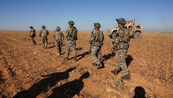 Военнослужащие Турции и США во время совместного патруля в сирийском Манбидже, ноябрь 2018 года