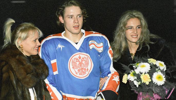 Российский хоккеист, легионер, выступающий в Национальной хоккейной лиге США, Павел Буре с поклонницами, 1995 год