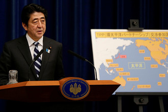 Премьер-министр Японии Синдзо Абэ на пресс-конференции в Токио, 2013 год