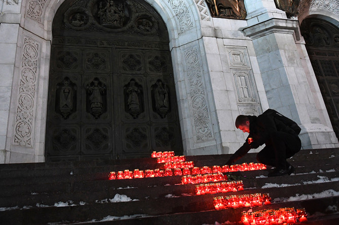Участники акции памяти жертв крушения самолета Ан-148 в Подмосковье у храма Христа Спасителя, 12 февраля 2018 года