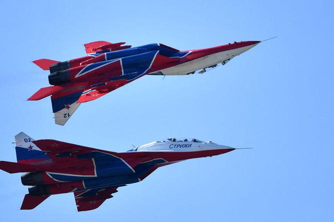 Самолеты МиГ-29 пилотажной группы «Стрижи» совершают полет на Международном авиационно-космическом салоне МАКС-2019