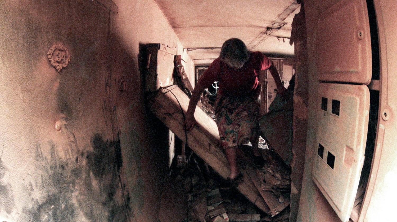 Разрушения в результате мощного взрыва в жилом доме на улице Гурьянова в Печатниках. На снимке — подъезд соседнего дома, 9 сентября 1999 года