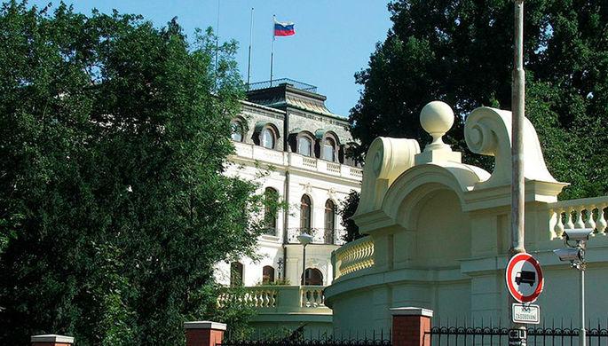 «Не переезжаем»: как посольство России сменило адрес в Праге