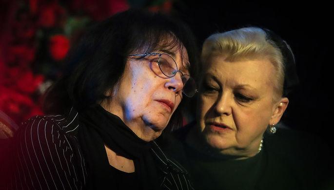 Вдова актера А.Баталова Гитана Леонтенко и актриса Наталья Дрожжина (слева направо) во время гражданской панихиды по актеру Алексею Баталову в Доме кино, 2017 год