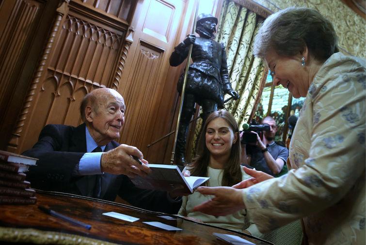 Бывший президент Франции Жискар д'Эстен со своей книгой для вдовы первого президента России Наины Ельциной на приеме в особняке МИД, 2015 год